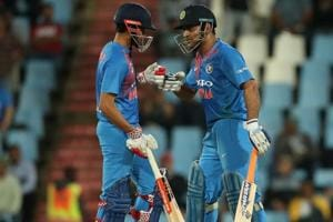 MS Dhoni sheds 'Captain Cool' moniker, gives Manish Pandey an earful...