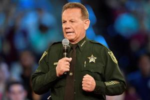 Sheriff faces mounting criticism over response to Florida shooting