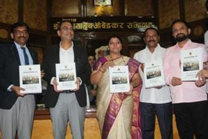 TMC commissioner Sanjeev Jaiswal (second from left) and mayor Meenakshi Shinde on Monday