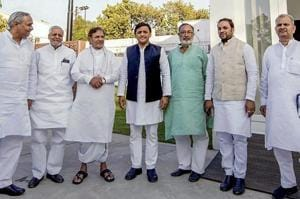 Sharad Yadav calls NDA a sinking ship, meets Akhilesh over alliance...