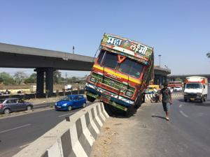 Truck rams into divider at Turbhe in Navi Mumbai