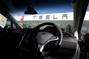 Tesla says driver's hands weren't on wheel at time of accident