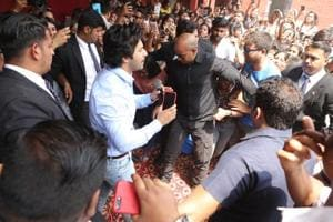 During Varun Dhawan's visit, the security personnel had a tough time keeping the crowd in check.