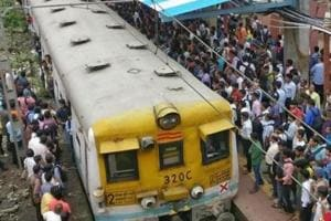 25-year-old dies after falling off  crowded local train in Dombivli