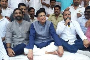 Railway minister Piyush Goyal (centre) holds a one-day fast in Thane