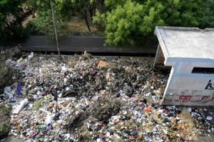 Garbage rots on road for 5th day on Noida roads, meeting with...