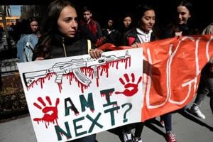 Thousands of US students walk of out class to demand tighter gun laws