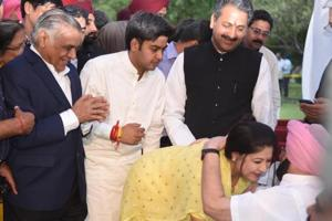 Vijay Inder Singla's wife greets chief minister Captain Amarinder Singh at the swearingin ceremony in Chandigarh on Saturday.