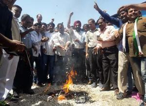 Farmers in Rajasthan's Kota burning garlic  protesting over lower prices of garlic.