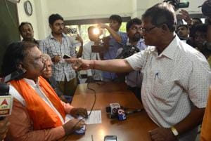 Ajaysinh Sengar, who heads the Refinery Project Bachao Samiti, was confronted by workers of the Maharashtra Swabhiman party on Wednesday in Mumbai.