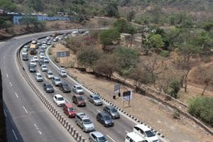 On Saturday, traffic congestion started along the ghats section of the Expressway, as well as in some spots near Raigad and Pune.