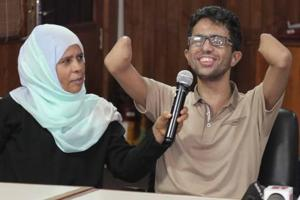 A 21-year-old bomb blast victim from Yemen,  who lost both his palms and eyesight  in a mine blast,  regained his sight after a surgery in Kochi .