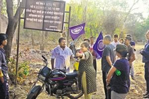A group from Siddharthnagar slums opposed citizen activists from entering the Dr Salim Ali bird sanctuary on Saturday.