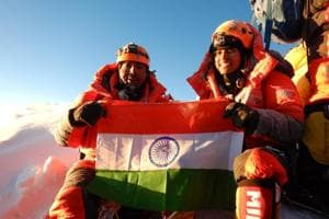 Father Ajeet Bajaj and daughter Deeya with the tricolour on Mt Everest.