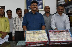 The Thane Crime branch display the seized ₹98 lakh demonetised notes.