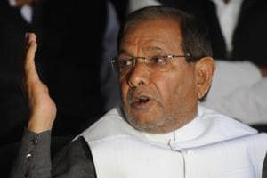 Rebel Janata Dal (United) leader and former party president Sharad Yadav addressing a press conference in Ranchi.