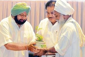 Punjab CM Capt Amarinder Singh and environment minister OP Soni presenting sandal saplings to environmentalist Baba Sewa Singh at a World Environment Day event in Mohali on Tuesday.