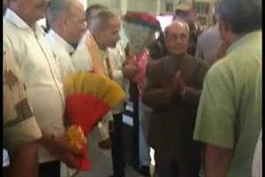 Former President Pranab Mukherjee being greeted by RSSfunctionaries upon his arrival at Nagpur.