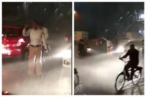 Mumbai cop stood in heavy rain to manage traffic (Satyam Yadav /Facebook)