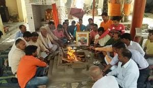 A hawan being performed for the former PM's long life at a temple near Atal chowk in Agra.