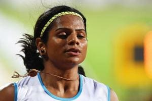 The coach of sprinter Dutee Chand has criticised the organisers' decision to run the women's 200m ahead of the shorter sprint.