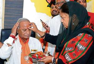 Chief miniser Vasundhara Raje welcomes newly appointed Rajasthan BJP president Madanlal Saini on Saturday.