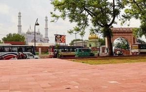 Both Shia and Sunni clerics are unanimous that installation of a Lakshman statue at a crossing outside Teele Wali Masjid would inconvenience namazis and visitors to a nearby 'mazar.'