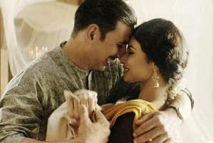 Akshay Kumar romances Mouni Roy in Gold song, Naino Ne Baandhi- See pic