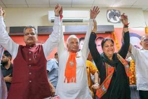 New Rajasthan BJP president Madan Lal Saini with BJP senior leader Om Mathur, Rajasthan chief minister Vasundhara Raje and former state president Ashok Parnami during his oath ceremony in Jaipur.