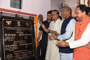 Union minister Ananth Kumar (3rd from L) and CM Trivendra Singh Rawat inaugurat CIPET in Doiwala on Tuesday.