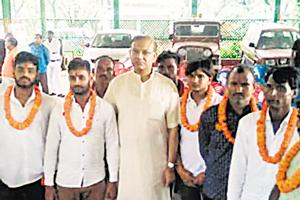 Union minister of state for civil aviation Jayant Sinha welcomes lynching convicts with garlands at his residence in Hazaribagh, Jharkhand, after they came out of prison on bail, on July 7.