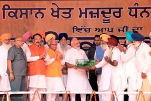 """Farmers presenting a memento to Prime Minister Narendra Modi during the """"Kisan Kalyan Rally""""of SAD - BJP in Malout in Muktsar district on Wednesday."""
