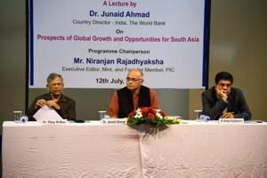 (From left) Vijay Kelkar, eminent economist; Junaid Ahmad, country director- India, World Bank and Niranjan Rajadhyaksha, executive editor, Mint and founder member, Pune International Centre (PIC) at Kale hall in Gokhale Institute of Economics in Pune, India, on Thursday.