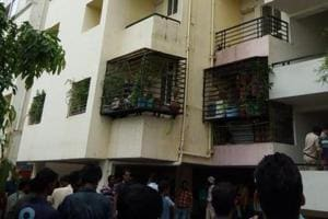 The woman who was held hostage by a man was injured and had to be carried away on a stretcher, in Bhopal.
