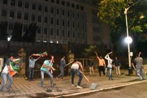 MNSworkers dug up the pavement outside Mantralaya around 3am on Tuesday.