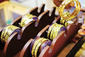 An auto-rickshaw driver in Thane handed over to police a bag containing gold jewellery worth Rs 5 lakh on Thursday.