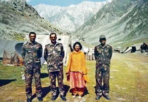 Harinder Baweja flanked by soldiers in Kargil. (HT File)