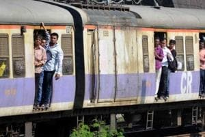 One man died while trying to board a Karjat train at Thane