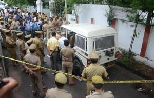 An armed miscreant shot dead the van guard of a private cash collection agency, injured its officer and looted Rs 6.44 lakh from the van in the high security zone just opposite Raj Bhawan Colony in Lucknow.