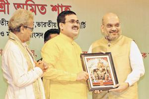 Anirban Ganguly, a member of the BJP's policy­making wing, presents party president Amit Shah with a photo of Goddess Kali, Bengal's popular goddess.