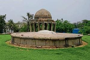 The edifice comprises the grave of Darya Khan Lohani, an influential official during the Lodi dynasty.