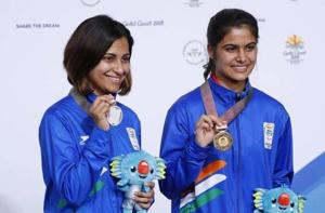Manu Bhaker (R) won the gold medal in women's 10m air pistol event ahead of Heena Sidhu at the 2018 Commonwealth Games.