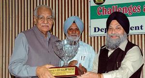 VC Jaspal Singh honouring veteran journalist Kuldip Nayar during the national conference at the Punjabi University in Patiala.