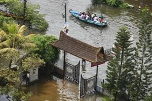 Volunteers rescue people from a submerged residential area at Alappuzha district in Kerala, August 20
