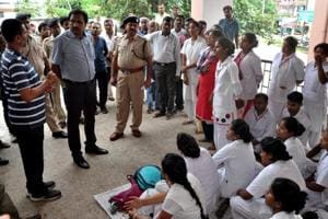 Officials talking to the striking nurses of PMCH  in Dhanbad on Thursday, September 6, 2018.
