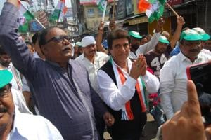 Congress UP chief Raj Babbar persuading shopkeepers to keep their shops closed for the bandh during the protest in Lucknow on Monday.