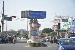 The Vasundhara intersection diverts traffic towards Anand Vihar, Vasundhara, Mohan Nagar and Kadkad Model.
