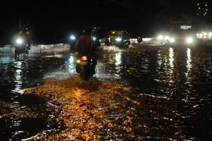 Vehicles wade through waterlogged street after heavy rain, at Hero Honda chowk, in Gurugram, India, on Sunday, September 23, 2018.