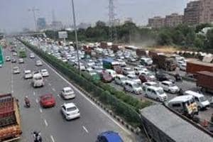 It is worth mentioning here that over 3.5 lakh vehicles use the Delhi-Gurgaon Expressway every day. During the winter season, there is usually a sharp rise in the number of accidents in this thoroughfare.