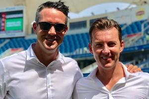 Kevin Pietersen (L)and Brett Lee are part of the commentary team at the Asia Cup Final.